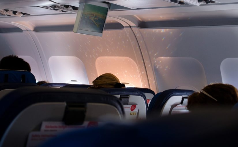 ¿Es responsable una compañía aérea por derramar un café sobre un pasajero?